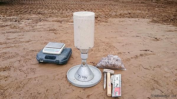 盛土部の密度試験(砂置換方式)状況 – ミタルダ・イクシア菱刈二号